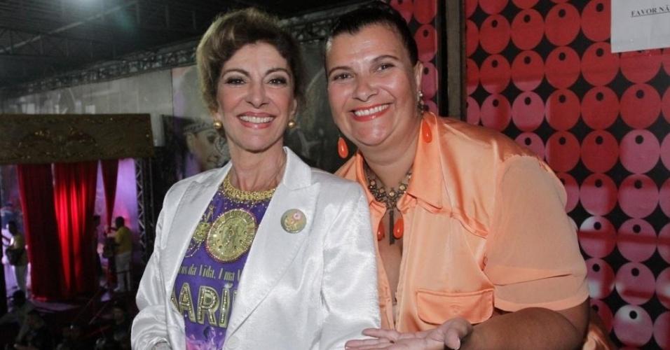 19.dez.2014 - Marília Pêra posa com a presidente da Mocidade Alegre, Solange Bichara, na quadra da Mocidade Alegre, em São Paulo