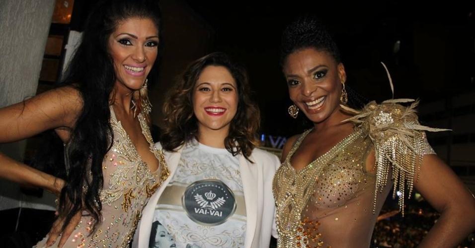 A cantora Maria Rita, filha de Elis Regina que será tema do enredo da escola de samba no Carnaval 2015, posa na quadra com as musas da Vai-Vai C
