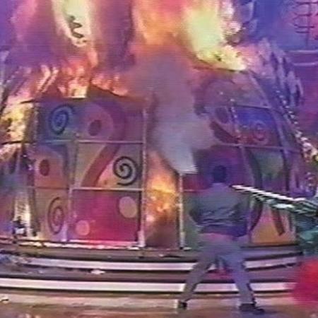 """Em 2001, Xuxa cantava """"Ilariê"""" no palco do """"Xuxa Park"""" quando um incêndio tomou conta do cenário do programa - Reprodução/Youtube"""