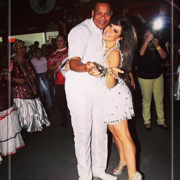 Tânia Oliveira, madrinha de bateria da escola de samba Dragões da Real, posa com o mestre sala Rubens na quadra da agremiação