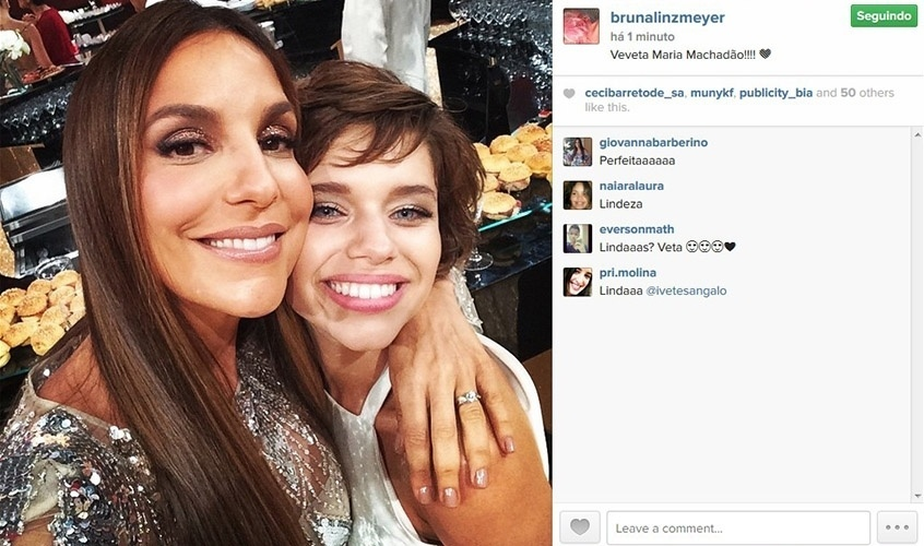 20.dez.2014 - Bruna Linzmeyer abraça Ivete Sangalo durante gravação do prêmio Melhores do Ano, do