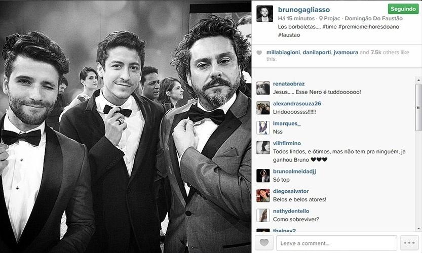 20.dez.2014 - Bruno Gagliasso, Jesuíta Barbosa e Alexandre Nero ajeitam as gravatas nos bastidores do Melhores do Ano, do