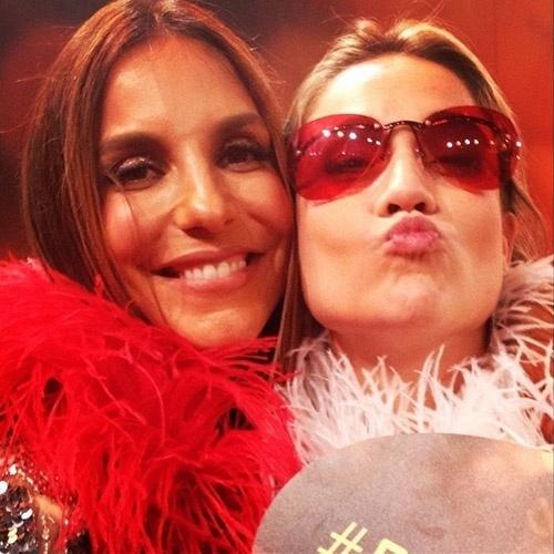 """20.dez.2014 - De óculos, Fernanda Gentil faz selfie divertida com Ivete Sangalo no Melhores do Ano do """"Domingão do Faustão"""". """"Minhas amigas que me desculpem mas agora sou amiga da Ive--- digo, Veveta! (muito íntima)"""", disse a jornalista no Instagram"""