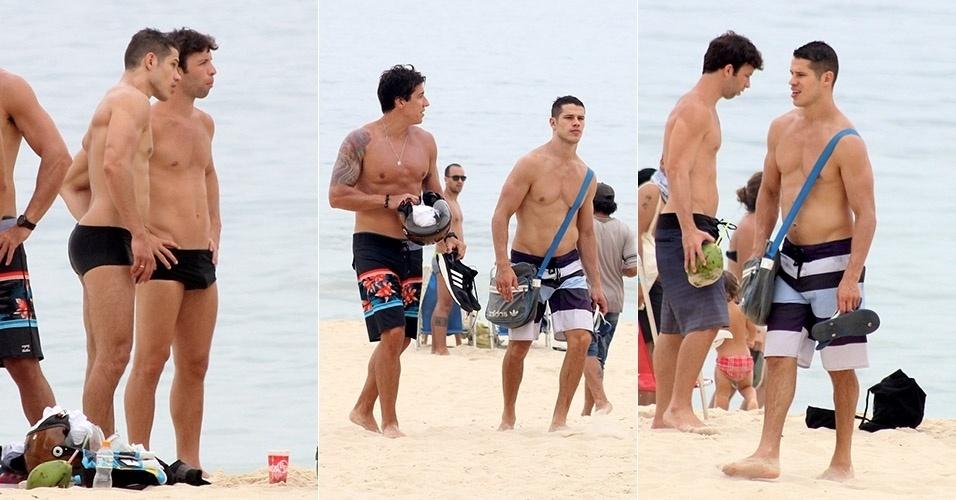 20.dez.2014 - José Loreto curte dia de praia com os amigos no Leblon, no Rio de Janeiro