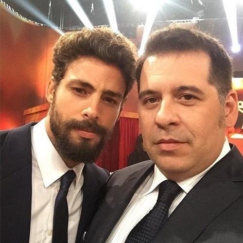 """20.dez.2014 - Leandro Hassum posa com Cauã Reymond no Melhores do Ano, do """"Domingão do Faustão""""."""