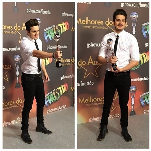 """20.dez.2014 - Luan Santana posa com o prêmio de melhor cantor do Melhores do Ano, do """"Domingão do Faustão"""". A foto foi feita pelo blogueiro Hugo Gloss"""
