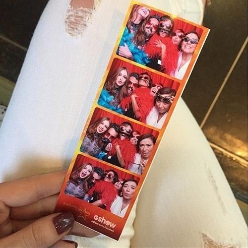 """20.dez.2014 - Marina Ruy Barbosa mostra foto de cabine ao lado de Alexandre Nero, Lilia Cabral, Josie Pessoa e Andreia Horta no Melhores do Ano do """"Domingão do Faustão"""""""