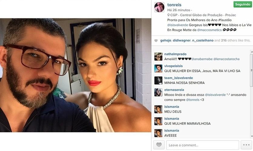 20.dez.2014 - O maquiador Ton Reis mostra o look de Isis Valverde para gravar o Melhores do Ano, do