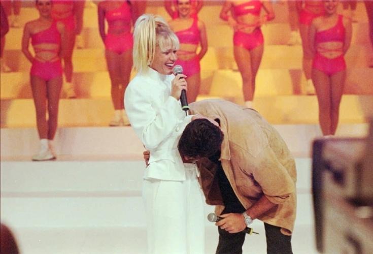 """Apesar de ser a Rainha dos Baixinhos, Xuxa ainda não havia realizado o sonho de ser mãe, até que em dezembro de 1997 ela foi ao """"Domingão do Faustão"""" para revelar que estava grávida de um mês. """"A partir de ontem, quando recebi a notícia, aconteça o que acontecer com a gente, eu vou ter sempre uma pessoa que vai ser minha. Eu tô grávida. Estou de um mês"""", falou ao lado do ator Luciano Szafir, pai de sua única filha, Sasha"""