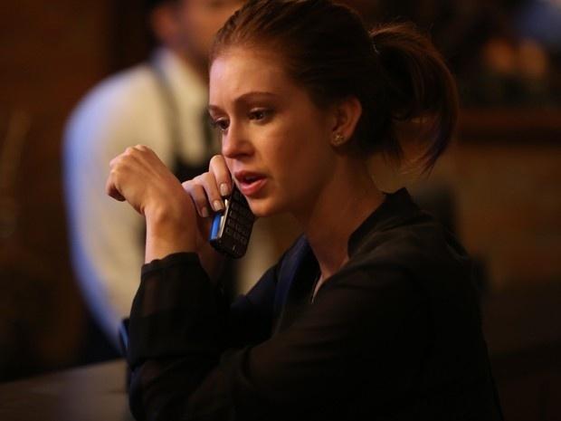 Maria Isis (Marina Ruy Barbosa) atende telefonema de Maria Marta (Lilia Cabral) em