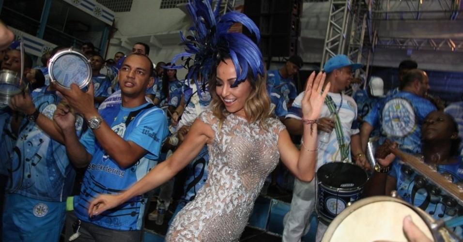 21.dez.2014 - Rainha de bateria, Sabrina Sato samba e mostra corpão durante ensaio da Vila Isabel na quadra da escola, no Rio de Janeiro