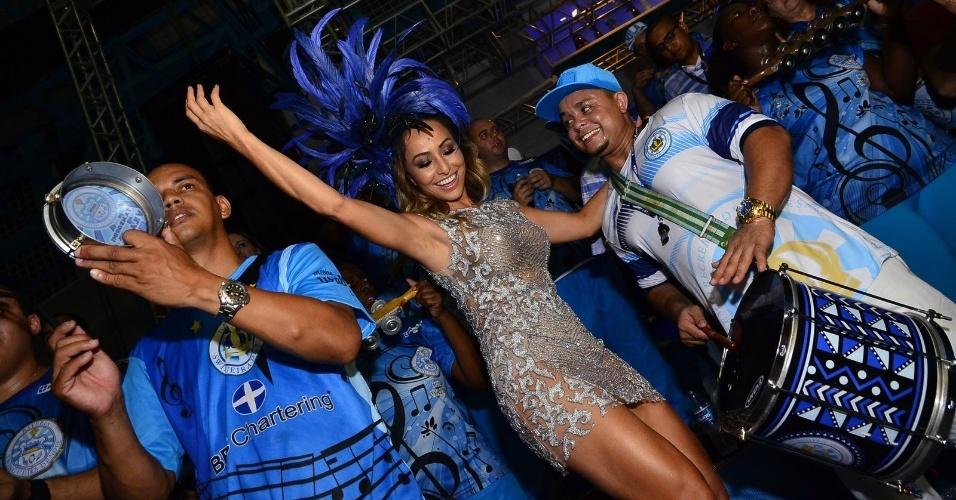 21.dez.2014 -  Simpática, Sabrina Sato cai no samba durante ensaio da Vila Isabel, escola da qual é rainha de bateria, no Rio de Janeiro