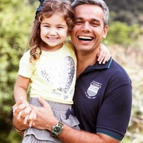 """22.dez.2014 - Otaviano Costa começa a semana de Natal publicando uma foto com a filhota Olívia, de 4 anos. """"E agora, a princesinha do reino das imperatrizes!"""", escreveu o pai coruja"""