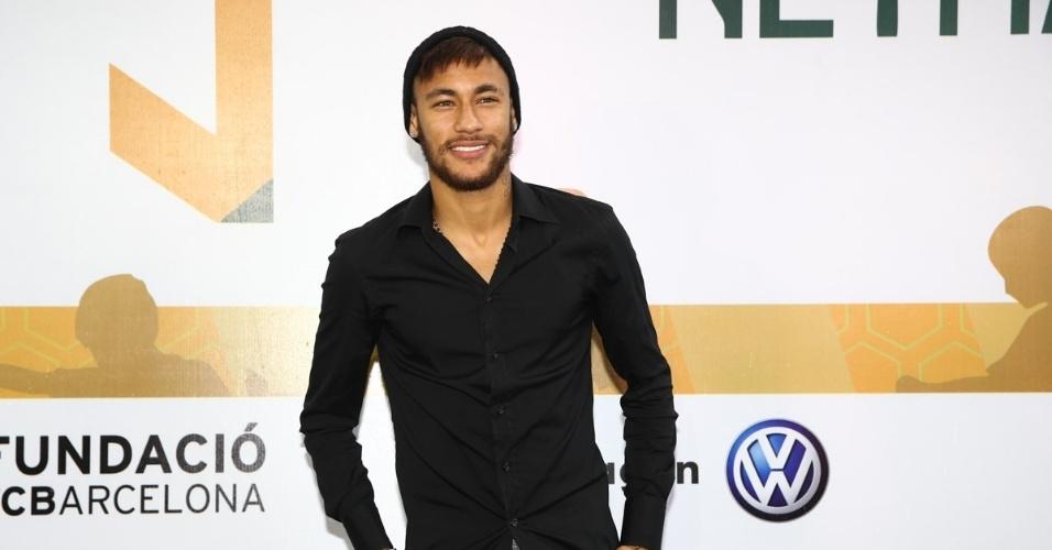 23.dez.2014 - Neymar Jr. posa na inauguração de seu instituto na Praia Grande