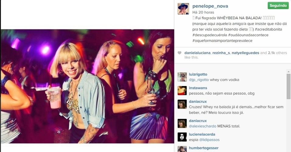 23.dez.2014 - Viciada em malhação, Penélope Nova posa na balada com copo de suplemento