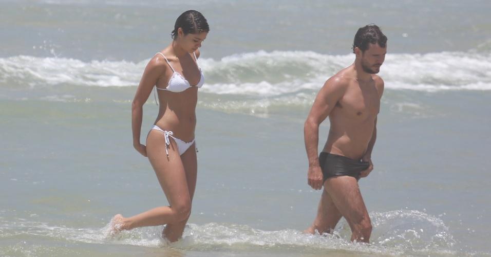 26.dez.2014 - Após um mergulho, o casal Sophie Charlotte e Daniel de Oliveira deixam o mar da Praia da Reserva, no Rio
