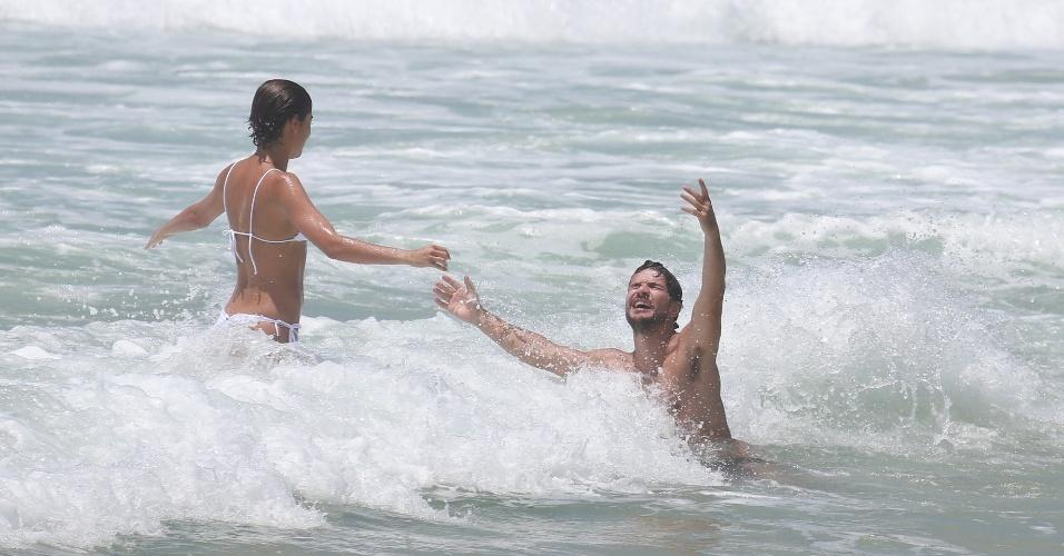 26.dez.2014 - Sophie Charlotte e Daniel de Oliveira mergulham juntos na Praia da Reserva, no Rio