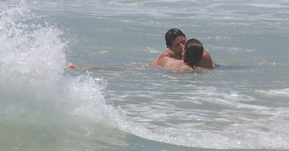 26.dez.2014 - Sophie Charlotte e Daniel de Oliveira namoram no mar da Praia da Reserva, no Rio