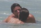 Sophie Charlotte e Daniel de Oliveira mergulham juntos na Praia da Reserva, no Rio - Dilson Silva/AgNews
