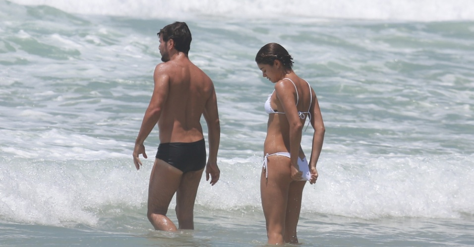 26.dez.2014 - Sophie Charlotte precisa arrumar o biquíni para aguentar as ondas da Praia da Reserva, no Rio