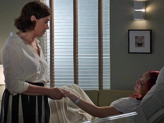 Maria Marta (Lilia Cabral) se emociona com o nascimento dos gêmeos de Du (Josie Pessoa), seus primeiros netos