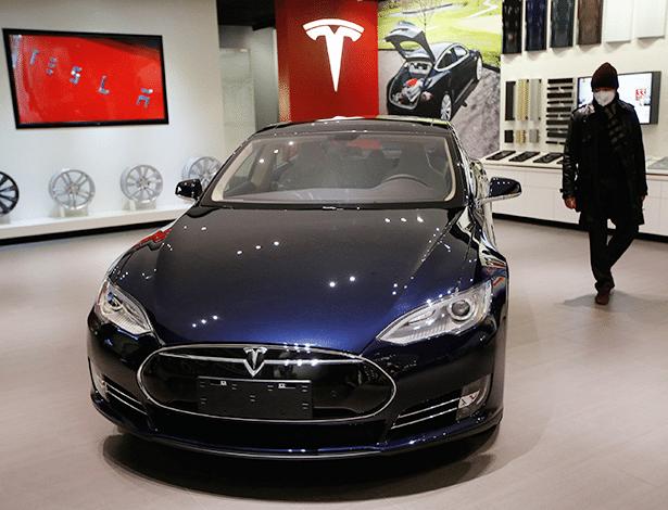 Sedã elétrico Tesla S é observado por cliente em loja na China - Kim Kyung-Hoon/Reuters