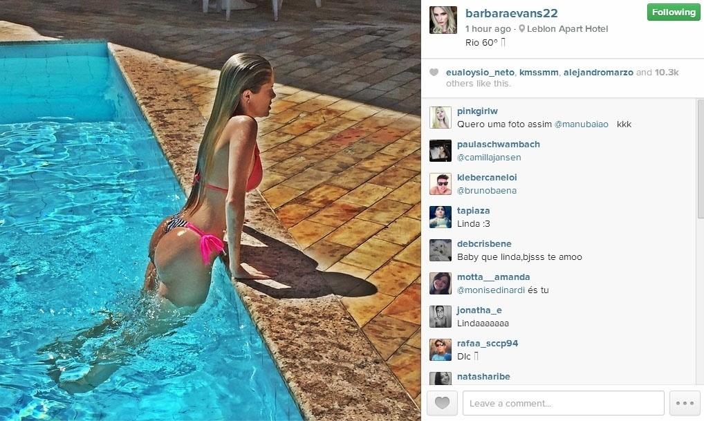 27.dez.2014 - Bárbara Evans se refrescou na piscina de um apart hotel no Rio de Janeiro durante a tarde quente deste sábado.
