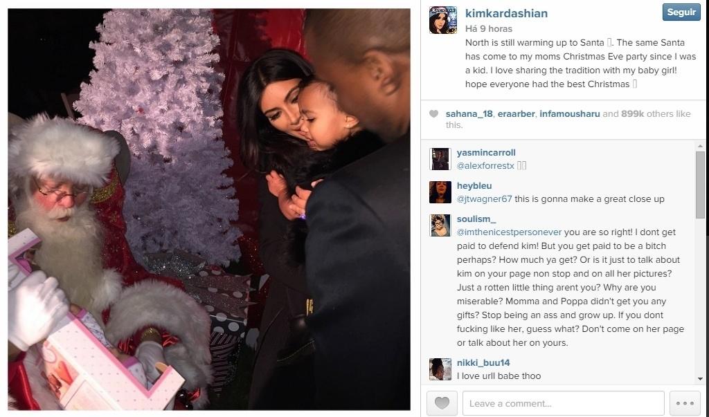 27.dez.2014 - North West, filha de Kim Kardashian e Kanye West, não é muito chegada a Papai Noel.