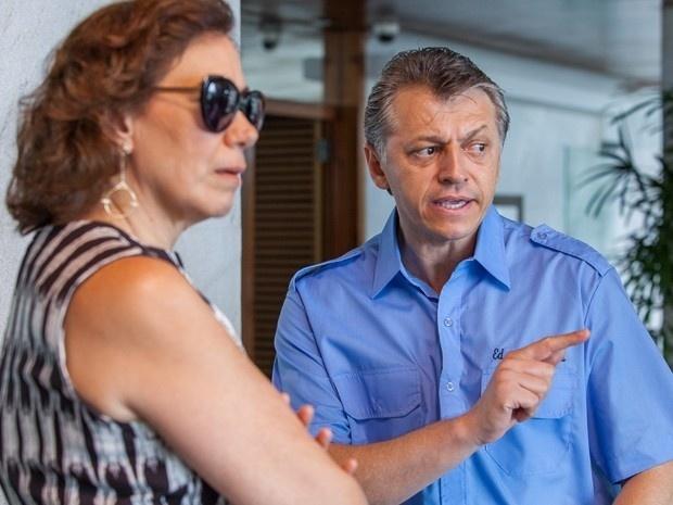 Porteiro conta a Marta (Lília Cabral) que viu Zé (Alexandre Nero) na frente do prédio