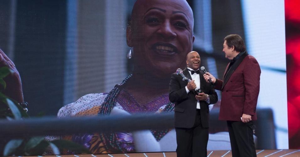 """20.dez.2014 - Aílton Graça foi um dos atores de """"Império"""" premiados no Melhores do Ano do """"Domingão"""". Ele levou o troféu de Melhor Ator Coadjuvante"""
