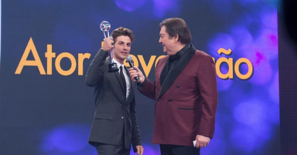 """20.dez.2014 - Chay Suede recebeu o prêmio de Ator Revelação no Melhores do Ano do """"Domingão do Faustão"""""""