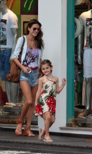 """27.dez.2014 - Anja, filha da modelo Alessandra Ambrósio, """"desfila"""" como a mãe nas ruas de Jurerê, em Florianópolis (SC). A modelo vai  passar o Réveillon com a família"""