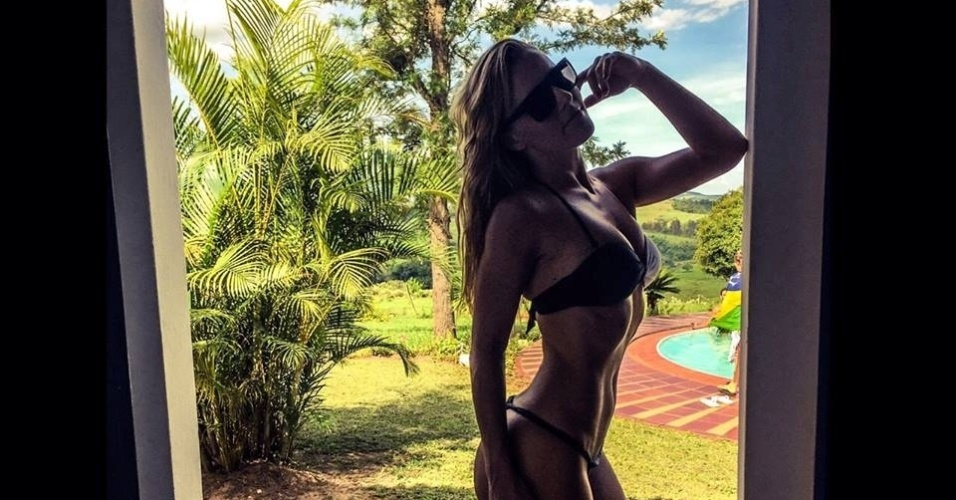 28.dez.2014 - A bailarina do Faustão Ju Valcézia escolheu a cidade de São Pedro, no interior de São Paulo, para o fim do ano. De biquíni, ela se refresca à beira da piscina, próxima à natureza