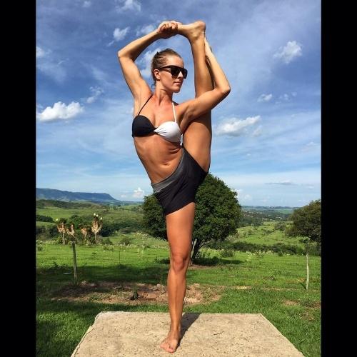 28.dez.2014 - Ju Valcézia pratica exercícios e mostra elasticidade em São Pedro, no interior de São Paulo. Bailarina do Faustão, ela escolheu a cidade do interior para passar o fim do ano perto da natureza