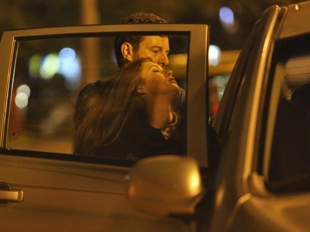Maria Isis (Marina Ruy Barbosa) desmaia ao ver Zé Alfredo (Alexandre Nero)