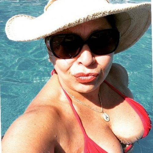 29.dez.2014- Roberta Miranda faz biquinho em selfie na piscina. A cantora recebeu elogios de seus seguidores do Instagram pela boa forma aos 56 anos
