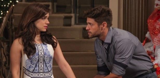 Cesar (Alejandro Claveaux) tenta explicar a Itália (Sabrina Petraglia) que não tem nada a ver com o vazamento do vídeo da primeira noite de amor do casal