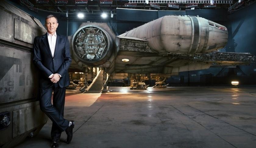 """Presidente da Disney, Bob Iger, posa com a imagem da nave Millennium Falcon, para a revista """"Fortune"""""""