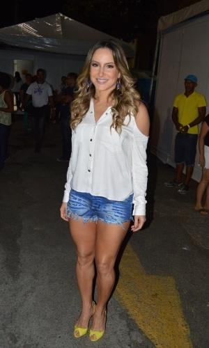 30.dez.2014 - Claudia Leitte chega em frente ao Elevador Lacerda, em Salvador, na Bahia.