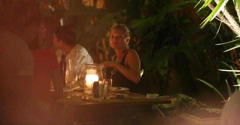 30.dez.2014 - Kate Moss é clicada jantando com a famiília e amigos em um restaurante de Trancoso, na Bahia.