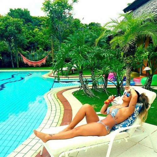 30.dez.2014- Rafaella Santos, irmã de Neymar, reforça o bronzeado na piscina em Trancoso,  na Bahia. Ela e o irmão passarão o Réveillon no local
