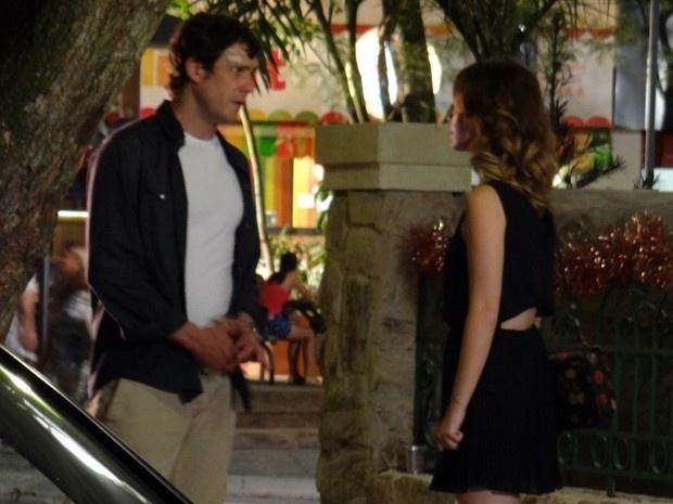 Caíque (Sérgio Guizé) pede para Laura (Nathalia Dill) não abandoná-lo depois ser acusado por todos de ter causado o acidente de carro com Gustavo (Guilherme Leicam)