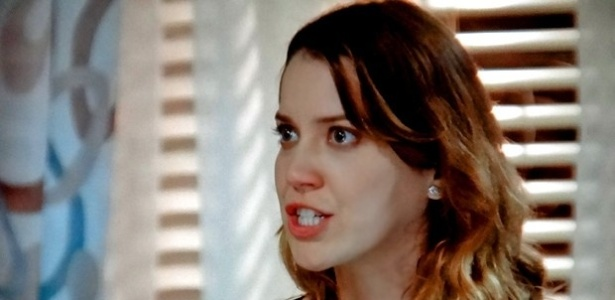 Laura (Nathalia Dill) fica chocada com o pedido do avô para terminar o namoro com Caique (Sergio Guizé ) e diz que não vai por um fim na relação