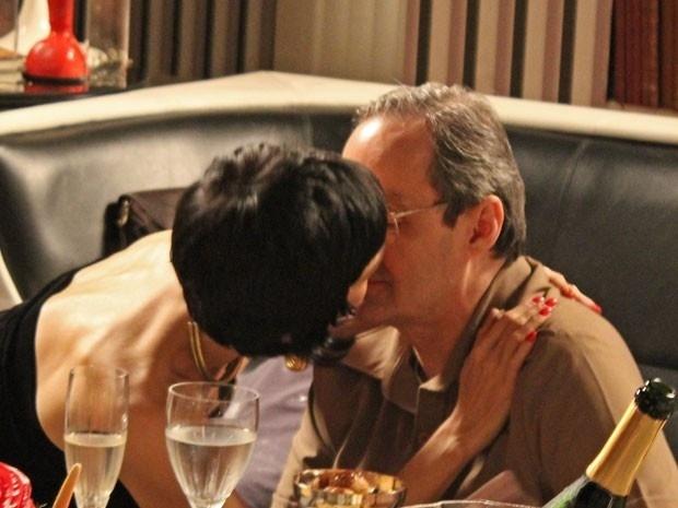 Leonor (Rita Elmor) quer conquistar o coração de Elísio (Daniel Dantas) e durante um jantar romântico, ela joga chame para cima do militar e consegue arrancar um beijo do pai de Sandra (Isis Valverde)