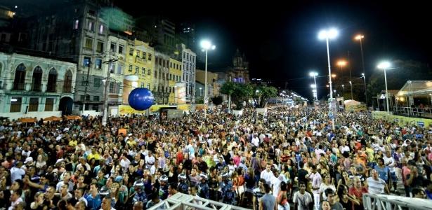 Carlinhos Brown abriu a programação de shows do Réveillon de Salvador na segunda (29), na Praça Cairu