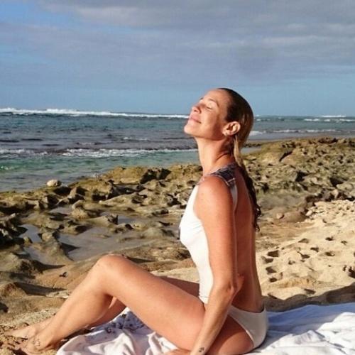 31.dez.2014- Luana Piovani aproveita sol em praia do Havaí no último dia do ano