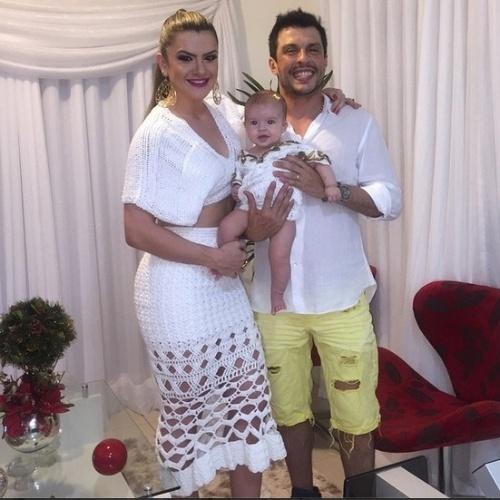 31.dez.2014- Mirella Santos e Ceará celebram o primeiro Ano Novo da filha Valentina