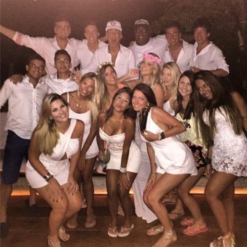 31.dez.2014- Neymar brinda 2015 cercado de amigos e belas mulheres em Trancoso, na Bahia