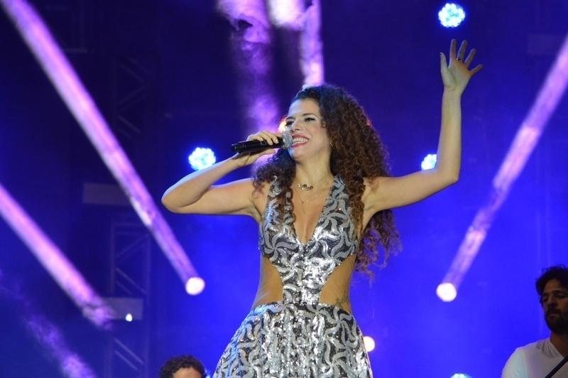 31.dez.2014- Sorridente, Vanessa da Mata abre noite de shows do Réveillon em Salvador, na Bahia