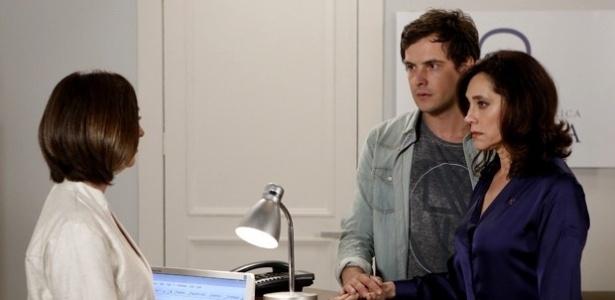 Caíque (Sérgio Guizé) resolve se internar numa clínica psiquiátrica e pede para a mãe Maria Inês (Christiane Torloni) acompanhá-lo até o local